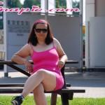 Nina sexy in pink vor der Waschbox